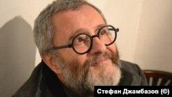 Художникът Андрей Даниел, заснет от Стефан Джамбазов по време на изложба в София в края на 2019 г.