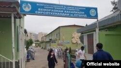 Проводы пациентов, которые полностью выздоровели от коронавируса, в Худжандской городской инфекционной больнице