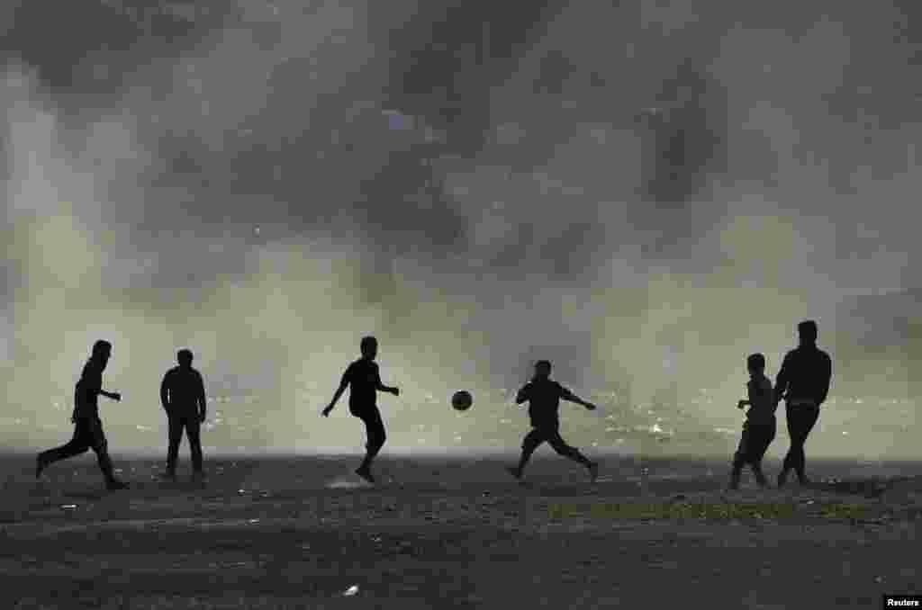 Afganistan - Nogomet uz zalazak sunca u Kabulu, 20. novembar 2012. Foto: REUTERS / Mohammad Ismail