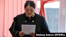 Судья Гульнар Сагынбекова зачитывает решение суда. Алматы, 11 марта 2016 года.