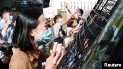 После суда над участником акции протеста в Гонконге, 15 мая 2020 года.