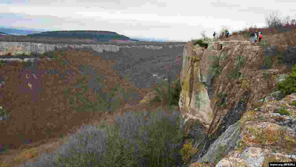 Із плато відкривається чудовий вид на Качинську долину, зайняту садами й виноградниками. А також на сусіднє плато, за яким розташувалося село Машино