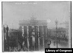 3. ბრანდენბურგის კარიბჭე ბერლინის ამბოხების დროს იანვარში, როდესაც კომუნისტები ძალაუფლების ხელში ჩაგდებას შეეცადნენ.