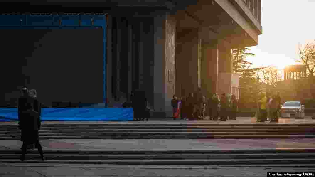Юные артисты возле сцены у Госсовета ждут репитиции