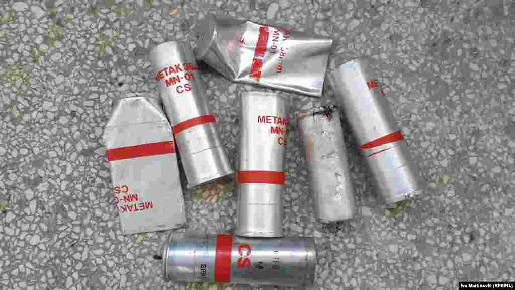 """Reporteri Radija Slobodna Evropa zabeležili su posle protesta ispred Skupštine Srbije 10. jula patrone suzavca sa oznakama """"Metak 38mm MN-01 CS"""", od kojih su neki prozvedeni 1990., a neki 2012. godine. Pronašli smo i patrone bez ikakvih obeležja."""