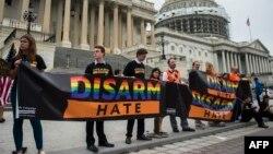 Мітинг на підтримку демократів. Напис на транспоранті: «Роззброй ненависть»