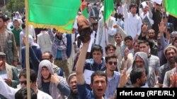 Kabulda protest gecirýän ýaşaýjylar. 2-nji iýun, 2016 ý.
