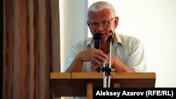 Оппозиционный политик Петр Своик выступает на слушаниях по проекту ГЛК «Кокжайляу». Алматы, 9 сентября 2013 года.