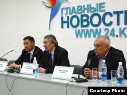 Солдон оңго: Төрөбай Колубаев, Бекболот Талгарбеков жана Александр Гусев.
