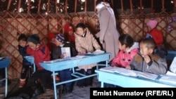 Кара-Суу районунун Кожокелең айылында мектеп окуучулары боз үйдө да окушту.
