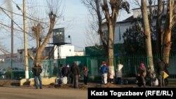У ворот тюрьмы в посёлке Заречный Алматинской области. 8 декабря 2015 года.