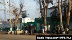 У ворот тюрьмы в посёлке Заречный. Алматинская область, 8 декабря 2015 года.