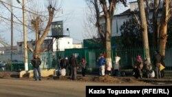 У ворот тюрьмы в посёлке Заречный Алматинской области.