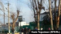 У ворот тюрьмы в посёлке Заречный Алматинской области. Иллюстративное фото.