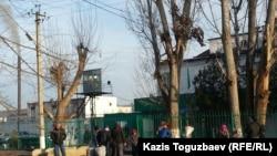 У ворот колонии в поселке Заречный Алматинской области. Архивное фото.