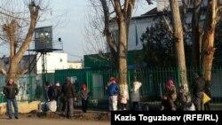 Заречный кентіндегі түрме алдында тұрған адамдар. Алматы облысы, 8 желтоқсан 2015 жыл. (Көрнекі сурет)