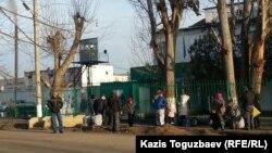 Оппозициялық саясаткер Владимир Козлов қамауда отырған Заречный кентіндегі түрменің қақпасы. Алматы облысы, 8 желтоқсан 2015 жыл.
