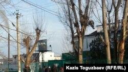 У ворот тюрьмы в посёлке Заречный, где отбывает срок оппозиционный политик Владимир Козлов. Алматинская область, 8 декабря 2015 года.