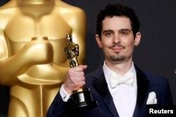"""""""Үздік режиссер"""" номинациясы бойынша жүлде алып тұрған La La Land режиссері Дэмиен Чазелле. АҚШ, 26 ақпан 2017 жыл."""