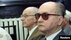 Польшаның бұрынғы коммунистік соңғы басшысы Войцех Ярузельский (оң жақта) өзіне қарсы қозғалған іс бойынша сот процесінде. Варшава, мамыр 2011 жыл.