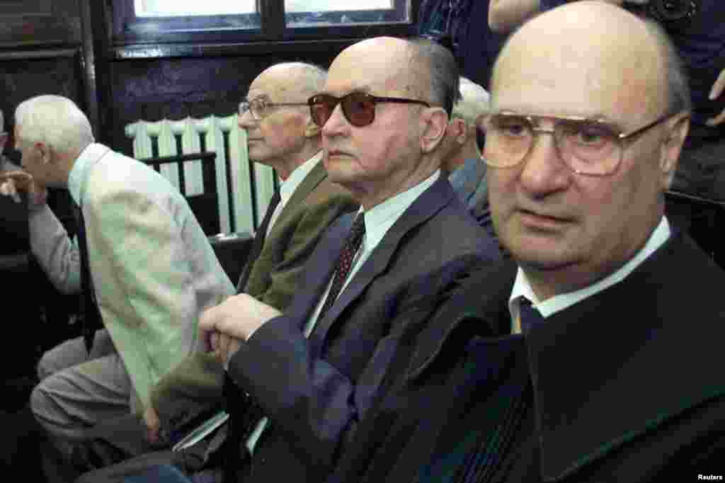 Jaruzelski (center) awaits the beginning of the court proceedings in Warsaw in May 2001 on charges that he ordered a massacre of protesting workers in 1970.
