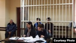 По настоянию помощника прокурора г. Сухум судья принял решение отложить судебное заседание и в случае неявки свидетелей в суд в третий раз обеспечить их принудительный привод