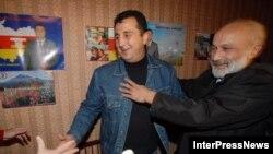 Фаворит президентской гонки в грузинских районах Южной Осетии Дмитрий Санакоев (слева) празднует победу