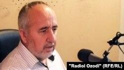 Давлати Усмон ҳангоми сӯҳбат дар студияи Радиои Озодӣ дар Душанбе