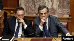 Грекия премьер-министрі Антонис Самарас (оң жақта) мен қаржы министрі Янис Стурнарас парламентте отыр. Афина, 18 маусым 2013 жыл. (Көрнекі сурет)