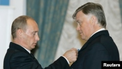 Russian President Vladimir Putin (left) presents the Order of Honor to the head of Russian Railways, Vladimir Yakunin, in Moscow in October 2006.