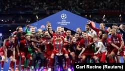 """Ливерпуль"" ойыншылары Чемпиондар лигасының кубогымен. Мадрид, 1 маусым 2019 жыл."