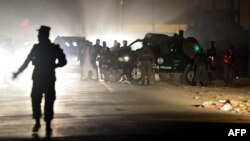Шетелдік әскерилерге шабуыл жасалған жерде жүрген ауған полицейлері. Кабул, қазан, 2013 жыл.