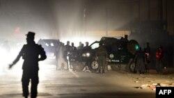 Сотрудники афганской полиции прибыли к месту, где было совершено нападение на иностранных военных. Кабул, октябрь 2013 года.