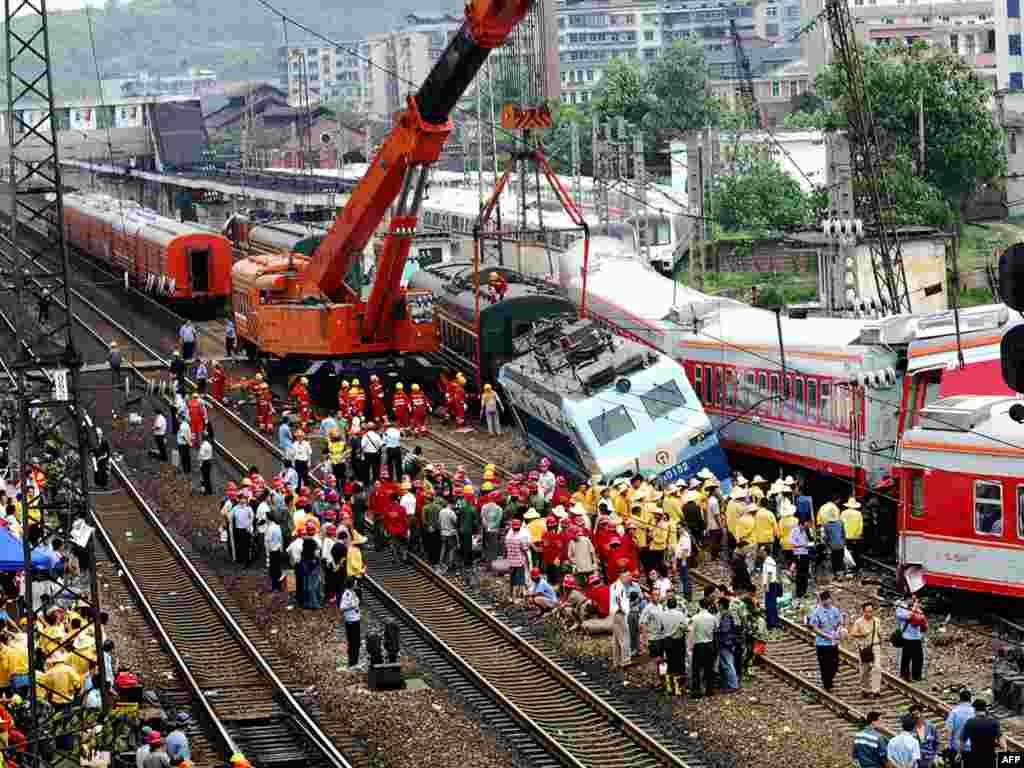 В китайской провинции Хунань столкнулись два пассажирских поезда. G предварительным данным, три человека погибли, более 60 получили ранения