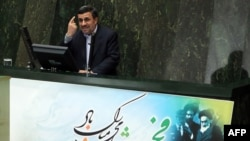 Mahmud Ahmadinejad Eýranyň parlamentinde çykyş edýär. 3-nji fewral, 2013 ý.