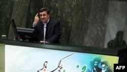 Presidenti Ahmadinejad gjestikulon gjatë fjalimit në parlament