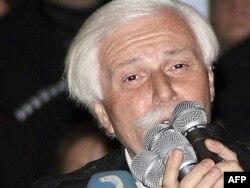 Власник телекомпанії «Імеді» бізнесмен Бадрі Патаркацишвілі звертається до учасників акції протесту на проспекті Руставелі, Тбілісі, 2 листопада 2007 року