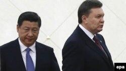 Президент Китая Си Цзиньпин (слева) и президент Украины Виктор Янукович. Пекин, 5 декабря 2013 года.