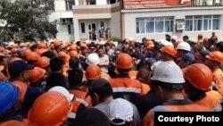 Рабочие компании «Шубарколь комир», приостановившие работу на двух карьерах. Карагандинская область. 6 июля 2019 года.