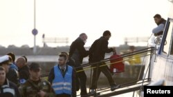 Migrantët në përcjellje të oficerëve të agjencisë Frontex vendosen në anije për në Turqi