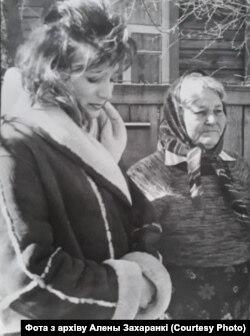 Алена Захаранка разам з бабуляй Ульянай Рыгораўнай. Архіўнае фота