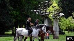 Poliția patrulează un parc din Sofia.