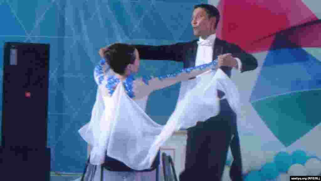 Пара танцует вальс.