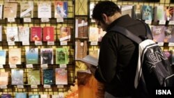 گل قاصد، ترجمه فارسی ۱۲ داستان، يک نمايشنامه و چند شعر ولفانگ بورشرت در هفته گذشته در ايران منتشر شد.