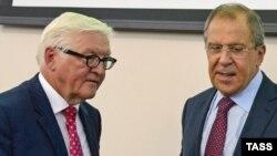 Germaniýanyň daşary işler ministri Frank-Walter Steinmeier (ç) we Orsýetiň daşary işler ministri Sergeý Lawrow (s), Ýekaterinburg, 15-nji awgust, 2016