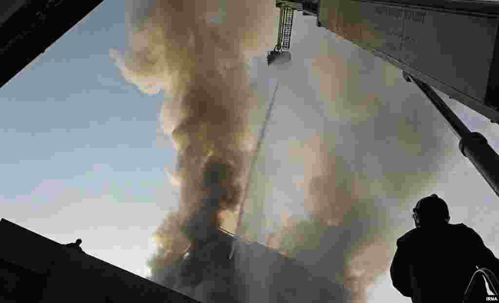 Пожарные несколько часов пытались потушить огонь.