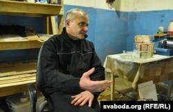 Андрэй Кавалёў у сваёй майстэрні