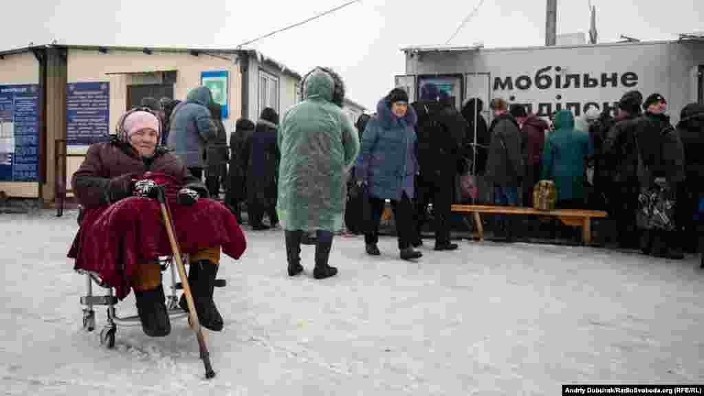 Більшіст людей, які проходять через КПВВ, це пенсіонери з непідконтрольних Україні територій. Вони приходять отримувати пенсії. Поруч із пунктом пропуску з минулої осені облаштований мобільний пункт«Ощадбанку». Гроші у банкомати завантажуть щоденно