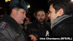 Илья Яшин и Илья Пономарев (справа налево) общаются с представителем полиции у здания Тверского суда 26 декабря 2011 года