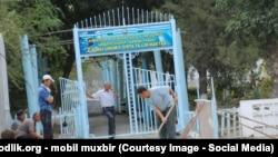 Директор школы в Сардобинским районе Сырдарьинской области принуждает учителей к уборке территории вокруг школы. Архивное фото.